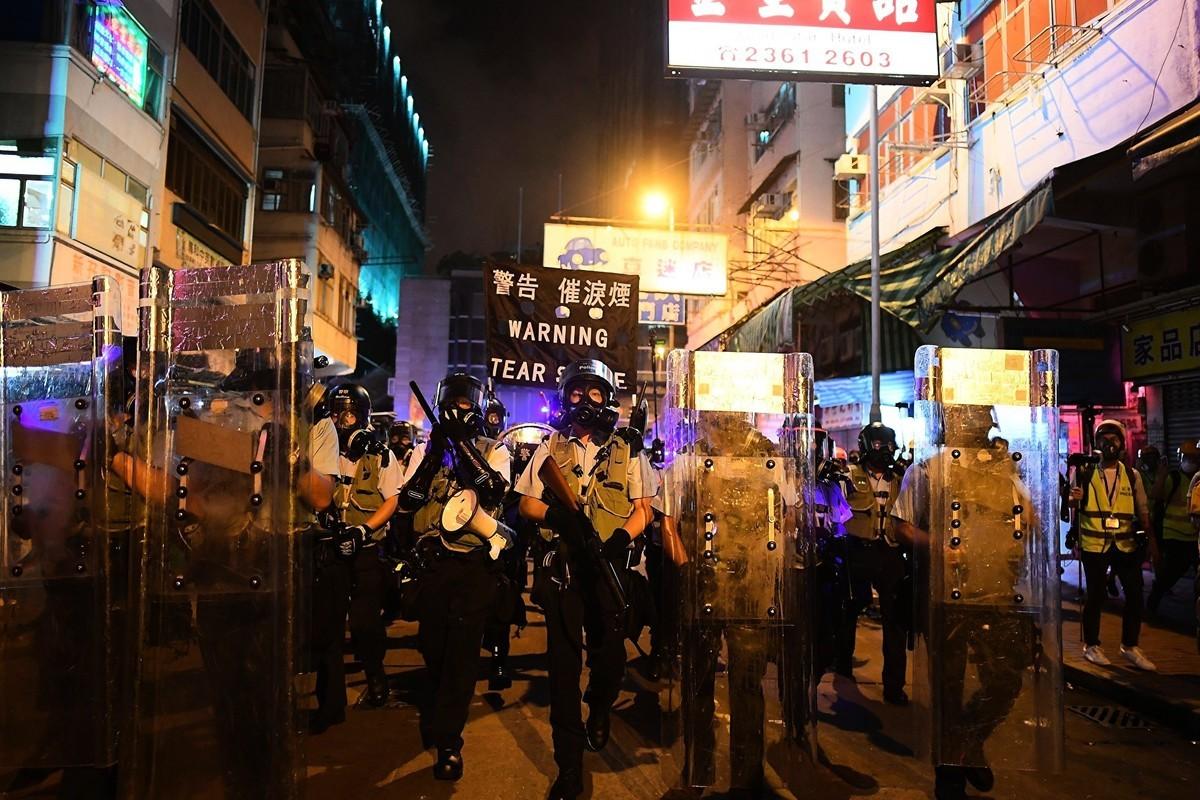 圖為8月14日晚,香港深水埠,防暴警察放多枚催淚彈。(MANAN VATSYAYANA/AFP/Getty Images)