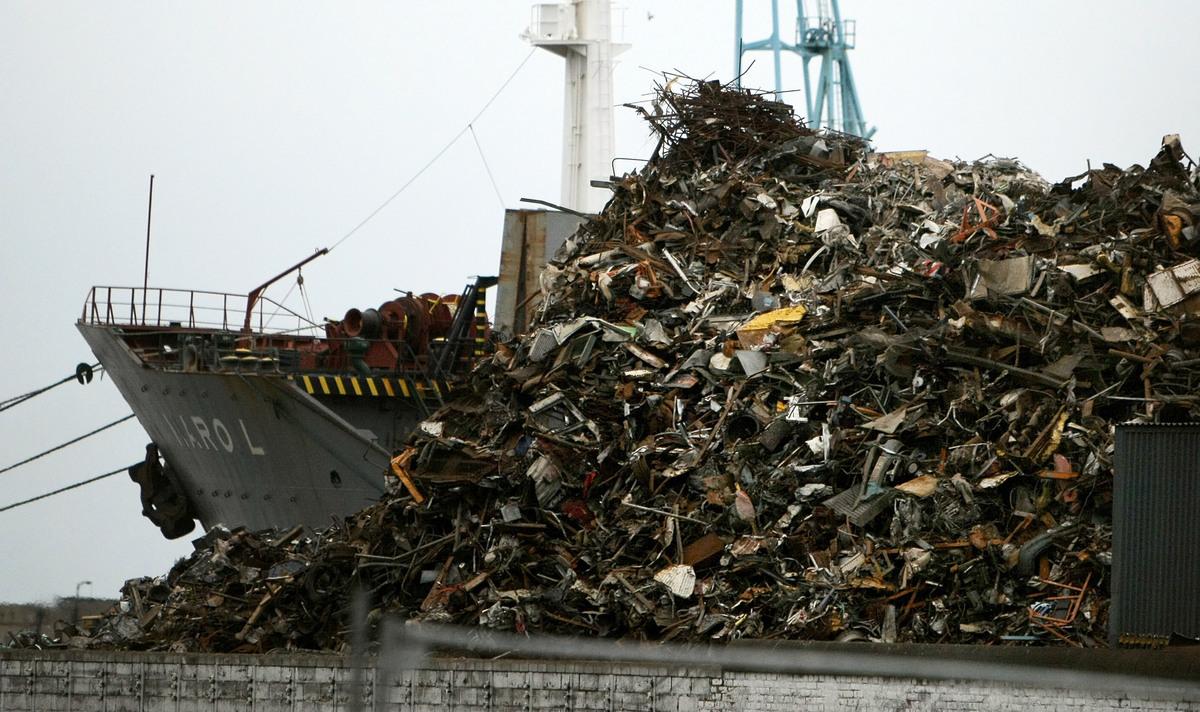 美國垃圾在中國捲入貿易戰,成為超限戰的新武器。圖為2008年3月英國利物浦碼頭待裝船運往中國的廢金屬。(Getty Images)