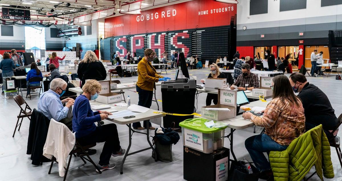 圖為2020年11月3日,美國威斯康辛州麥迪遜(Madison),選舉工作人員在桑普雷裏高中(Sun Prairie High School)的體育館處理選票。(Andy Manis/Getty Images)