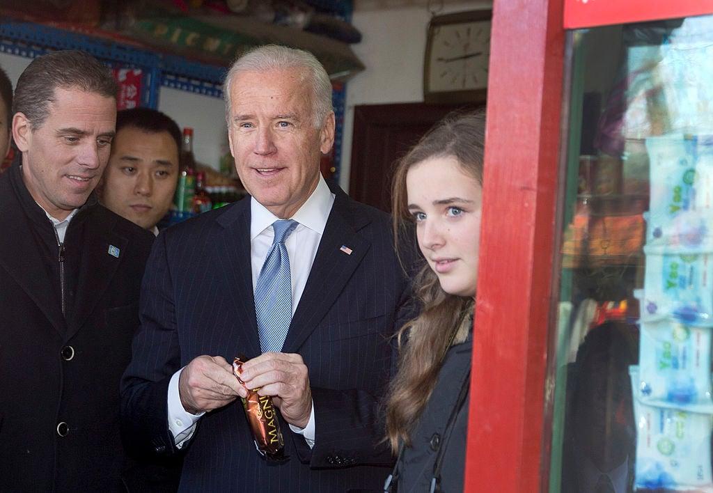 2013年12月5日,前美國副總統拜登(中)與次子亨特(左)在訪問中國時,在一家冰激凌店購物時被拍攝到的圖片。(ANDY WONG/AFP via Getty Images)
