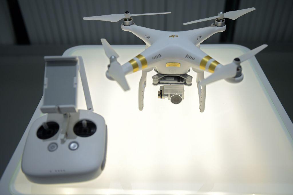 為防止中共獲得敏感數據,兩家領先的日本基礎設施公司將停止使用中國製造的無人機,加入日本政府為遏制潛在安全風險的行動中。圖為大疆無人機展示。(NICOLAS ASFOURI/AFP/Getty Images)
