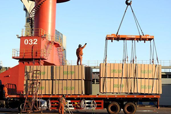 圖為2017年1月20日,中國工人在中國東部江蘇省連雲港港口進行裝箱工作。(STR/AFP/Getty Images)