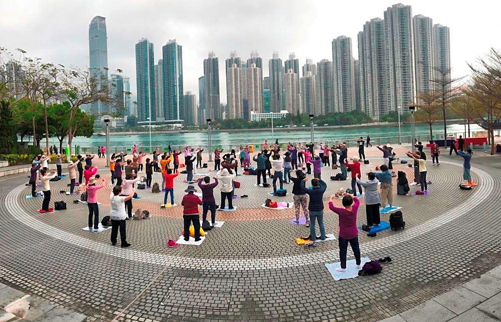 2020年3月底,香港法輪功學員在廣場上集體煉功。(明慧網)