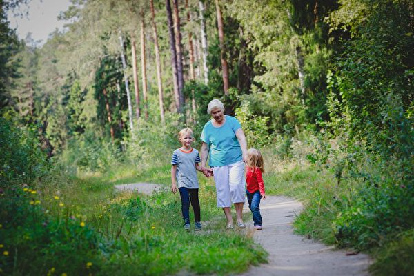 新鮮空氣、陽光和鍛鍊對身體和心靈健康都有好處。(Shutterstock)