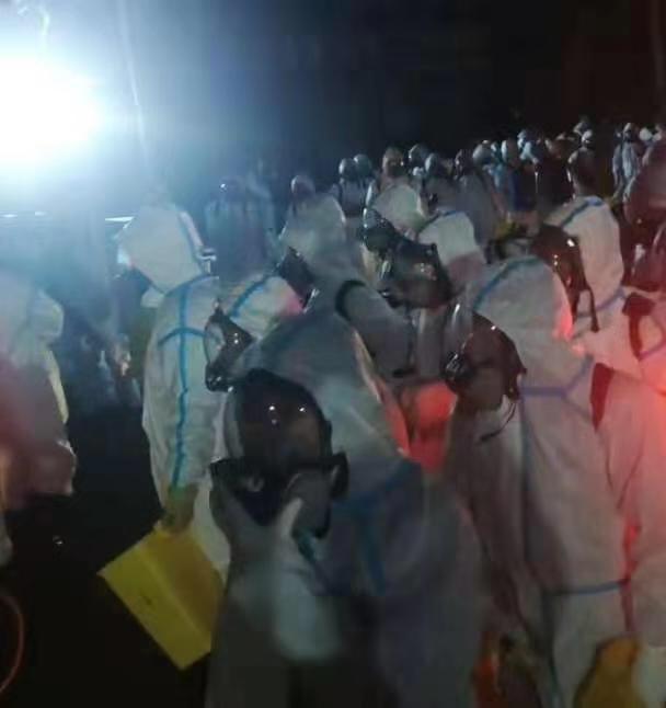 石家莊市藁城區小果莊村村民被帶走後,家家戶戶被全面消殺。圖為志願者戴防毒面具進小果莊村。(知情者提供)