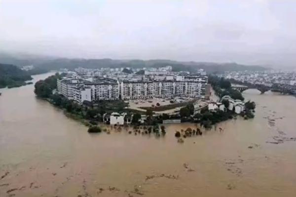 6月中旬以來,中國南方地區持續強降雨,貴州、重慶等多地出現洪災。圖為被淹的綦江縣城。(影片截圖)