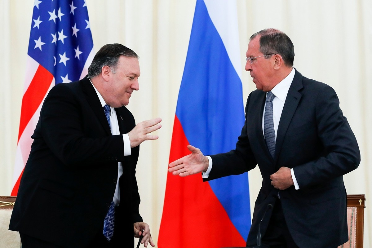 圖為美國國務卿蓬佩奧(Mike Pompeo)與俄羅斯外長拉夫羅夫(Sergei Lavrov)。(PAVEL GOLOVKIN/AFP via Getty Images)
