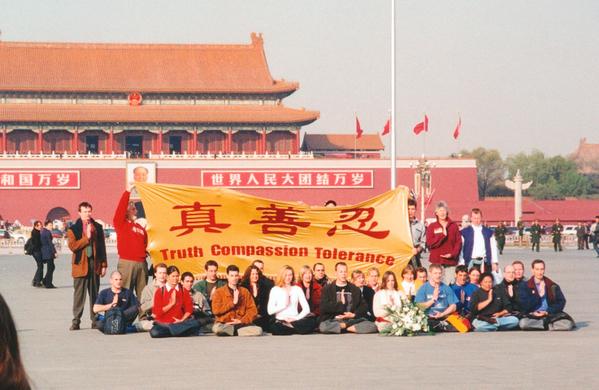 2001年,35位來自美國、瑞士、德國、法國、加拿大、澳洲等12個國家的西方人敢於上天安門舉橫幅,冒風險為中國老百姓的人權發聲。(大紀元)