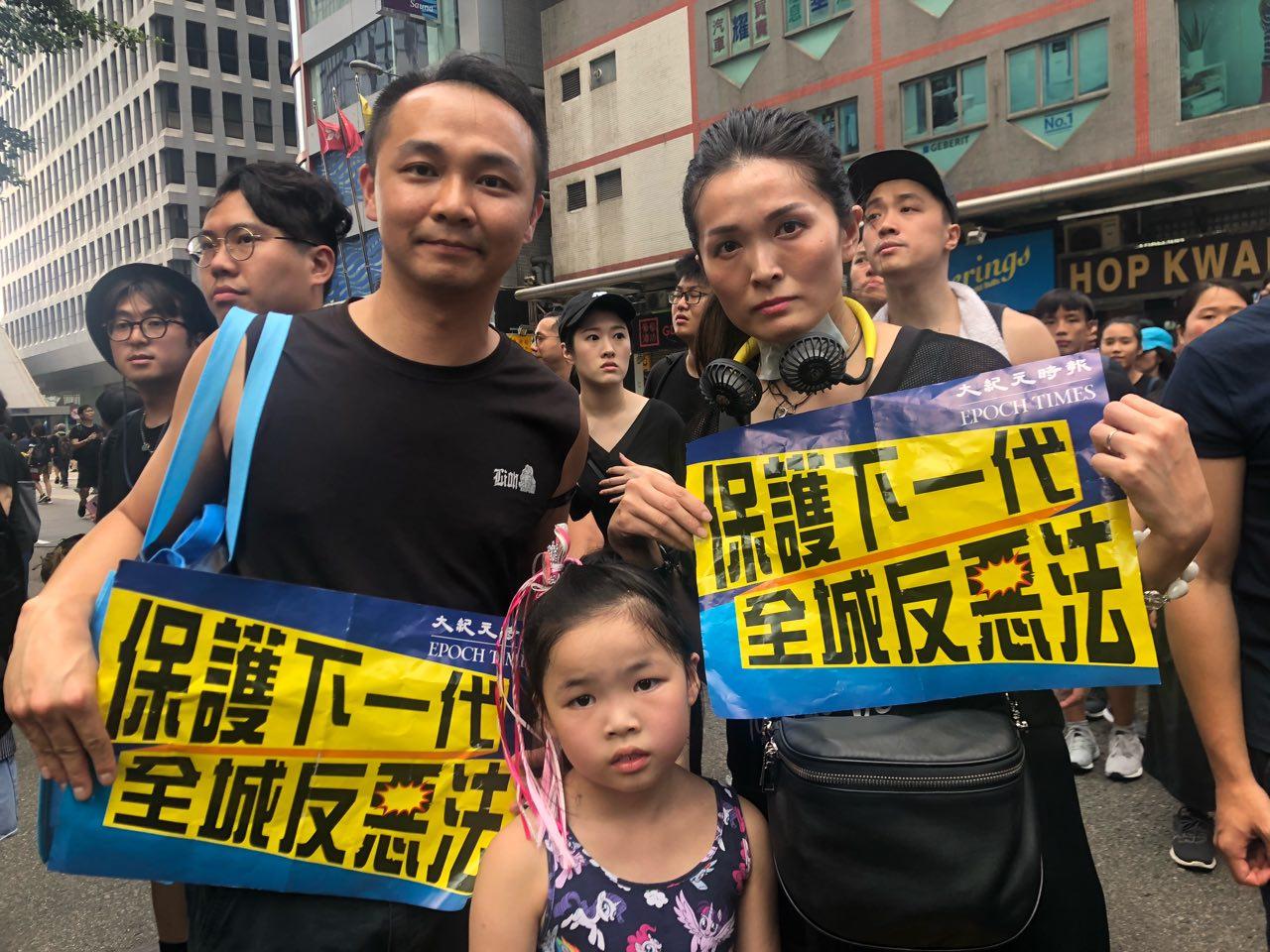 首次參加遊行的劉生劉太,決心為保護下一代站出來。(梁珍/大紀元)