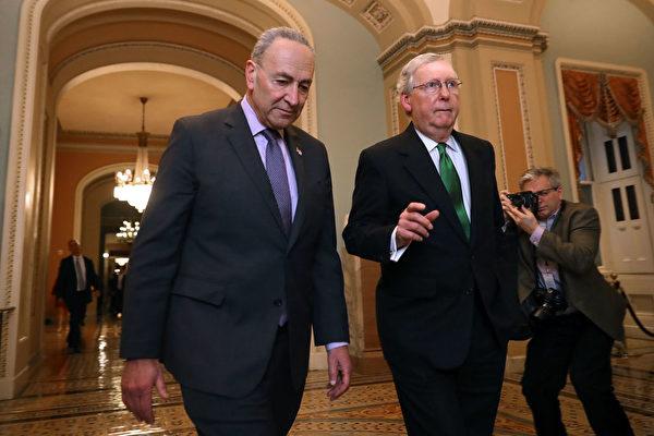 美國參議院議員多數黨領袖麥康奈爾(Mitch McConnell,圖右)和民主黨領袖舒默(Charles Schumer,圖左)在國會山。(Chip Somodevilla/Getty Images)