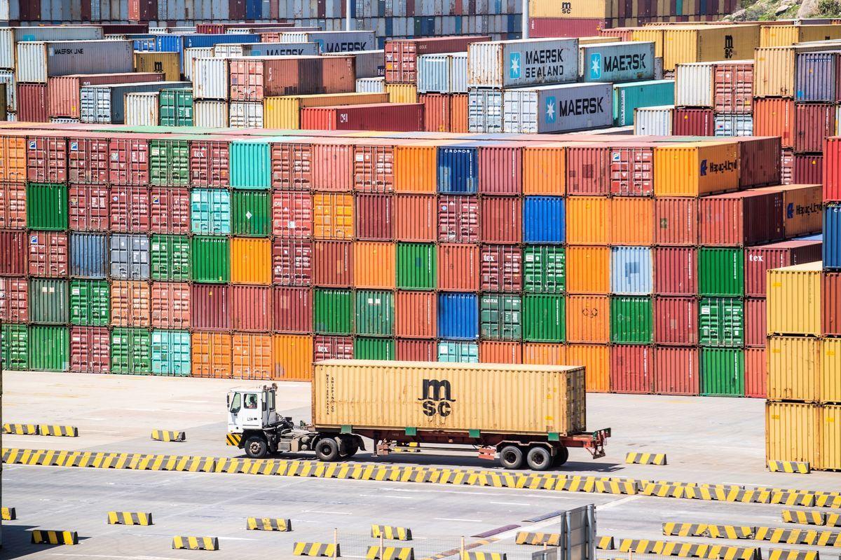 中共官媒說,北京誤判了特朗普以及美國國內形勢,對中美貿易戰有「四個沒想到」;外界認為,對中共當局而言,讓步和硬扛都是輸,區別在於怎樣更體面。圖為上海洋山深水港。(JOHANNES EISELE/AFP/Getty Images)
