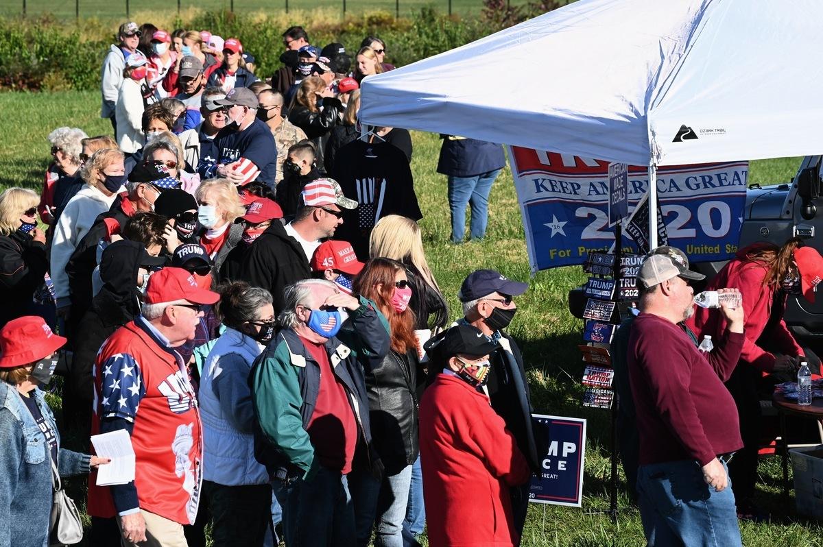 2020年10月17日,美國副總統彭斯抵達賓夕凡尼亞州的雷丁市(Reading, PA),參加「讓美國再次偉大」的競選集會。賓州選民到場支持。(李臻婷/大紀元)