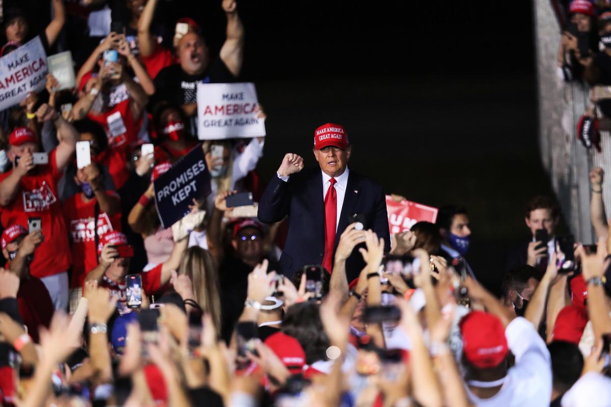 11月1日,美國總統特朗普在佛羅里達州奧帕洛卡的競選活動中。(Joe Raedle/Getty Images)