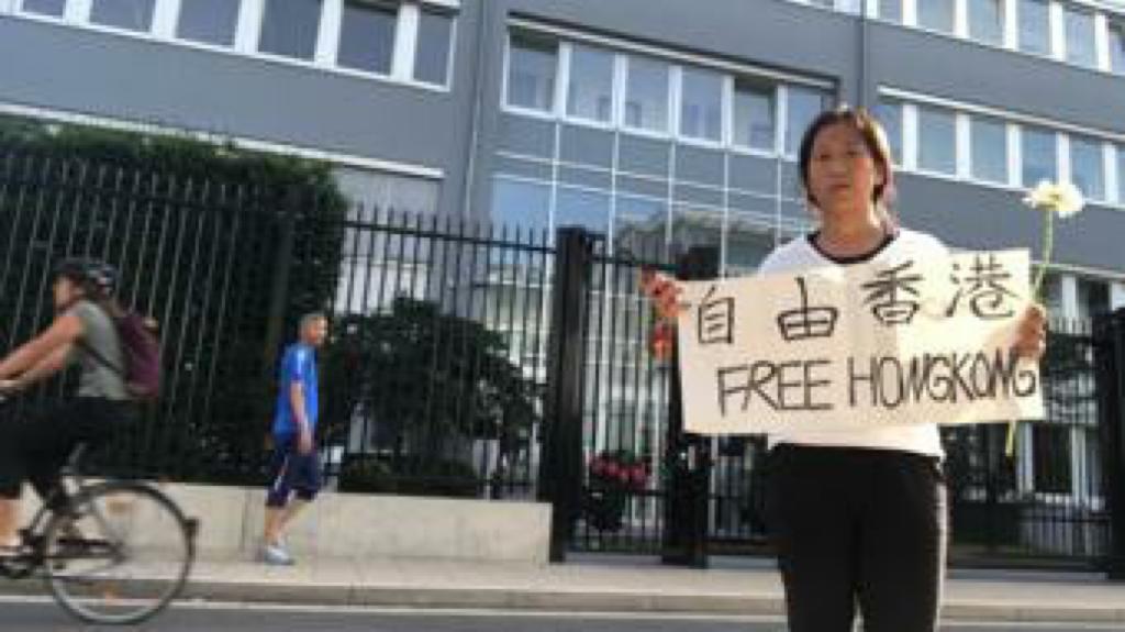 2019年7月1日,毛欣馨在中共駐德國杜塞爾多夫領館前聲援香港。(毛欣馨提供)