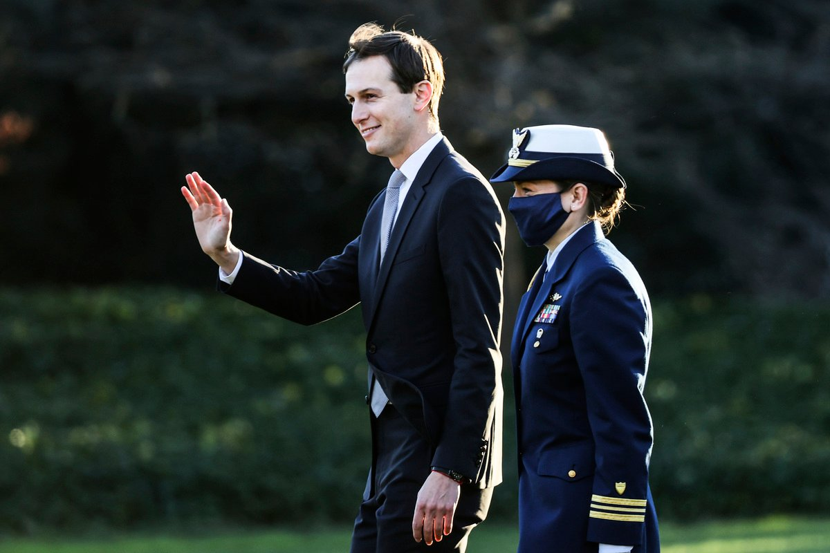 2020年12月23日,白宮高級顧問賈里德·庫什納(Jared Kushner)走在白宮南草坪,準備登上海軍陸戰隊一號(Marine One)直升機。(Tasos Katopodis/Getty Images)