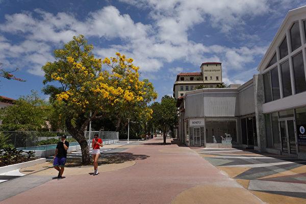 佛羅里達州邁阿密海灘於5月20日重新開放。圖為攝於2020年5月8日的邁阿密海灘的林肯路購物中心。(Photo by Joe Raedle/Getty Images)