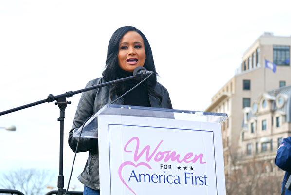 12月12日,數十萬來自美國各州的民眾聚集首都華盛頓DC,舉行盛大集會和遊行,要求「停止竊選(Stop The Steal)」,力挺特朗普總統。圖為特朗普2016年總統競選團隊的發言人卡特里娜·皮爾森(Katrina Pierson)在自由廣場的集會上發言。(李辰/大紀元)