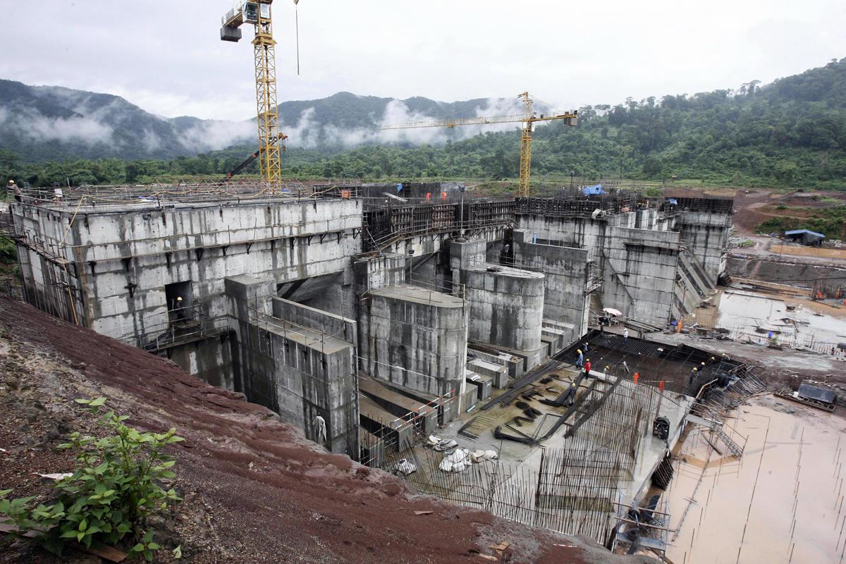 中共在湄公河流域投資興建的老撾南歐江七級電站,著名水利專家王維洛指出,這是一場浮士德式的交易。圖為中共在老撾境內投資並營運的南通2號(Nam Theun 2)水壩,照片攝於2007年6月28日。(Hoang Dinh Nam/AFP)