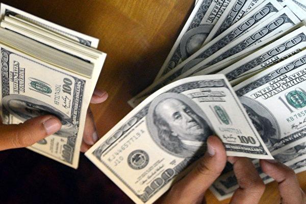 2.2萬億美元的聯邦抗役紓困法案(CARES Act)實施已經三周,美國國稅局(IRS)表示,本周,數千萬納稅人將領到1200美元紓困金。(BAY ISMOYO/AFP/Getty Images)
