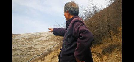 2019年4月下旬,小張在山西省孝義市某鋁業有限公司外部拍攝廢水污染當地的情況。(小張提供)