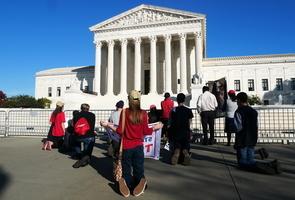 組圖:美國民眾在最高法院前為特朗普祈禱