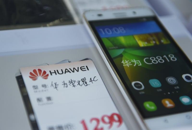 華為被美國制裁後,短短一週內,其手機在日本市場的占有率從原來的15%銳減到僅剩5%。圖為華為手機示意圖。(GREG BAKER/AFP)