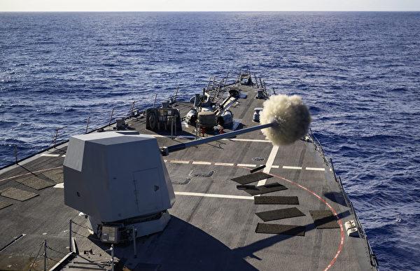 2020年8月19日,美軍的忠勳號導驅逐艦(DDG 93)實彈射擊,拉開了2020年環太平洋演習的序幕。8月17日至31日,10個國家的22艘戰艦、1艘潛艇參加此次環太平洋(RIMPAC)軍演。(美國印太司令部)