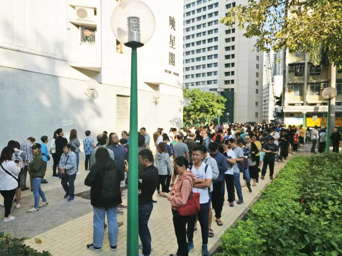 中共對香港反送中運動的鎮壓不斷升級,11月24日,香港294萬市民一人一票完成區議會議員選舉,民主派獲得壓倒性勝利。圖為官塘區曉麗苑投票站。(大紀元)