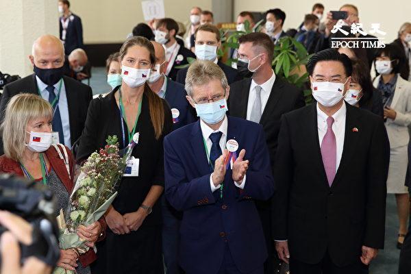 捷克總理巴比什領導的聯合政府無懼中共壓力贈送3萬劑疫苗給台灣,幕後推手主要是參議院議長維特齊(Miloš Vystrčil)、布拉格市長賀瑞普(Zdeněk Hřib)等友台人士。圖為維特齊(右2)2020年8月30日率團訪問台灣,中華民國外交部長吳釗燮(右1)到場迎接,資料照。(林仕傑/大紀元)