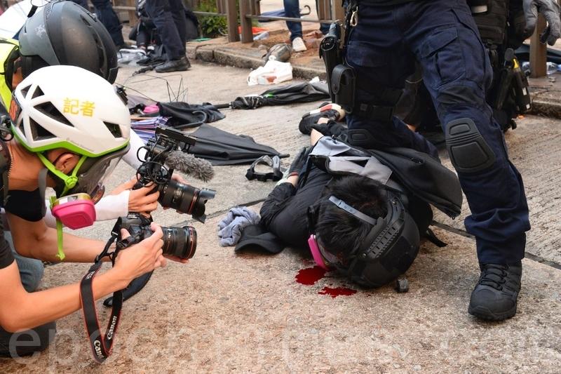 2019年9月29日,「9.29全球抗共」遊行活動。港警在金鐘狂抓抗爭者,有抗爭者被速龍小隊打到流血。(宋碧龍/大紀元)