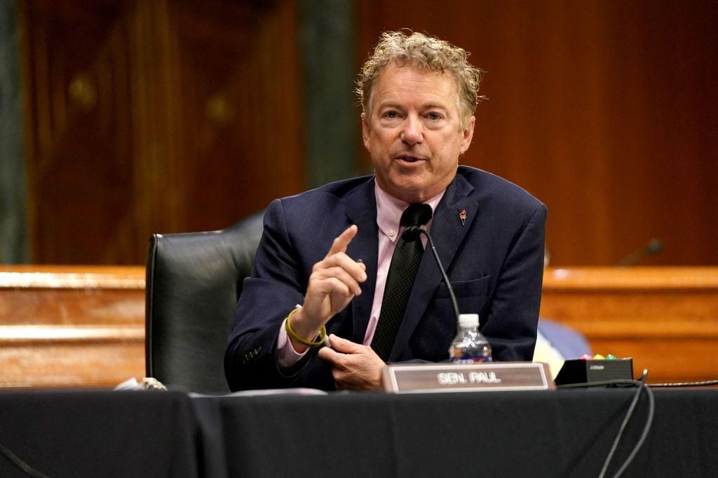 圖為2021年5月11日,在參議院的聽證會上,參議員保羅(Rand Paul)向福奇(Anthony Fauci)提問。(Photo by GREG NASH/POOL/AFP via Getty Images)