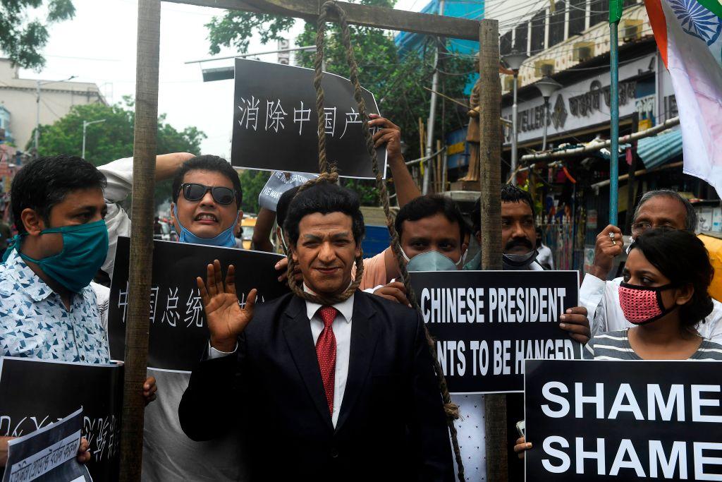中印衝突三天之後,中方卻從未正式發佈軍人的傷亡人數。圖為印度人民打出「消除共產黨」的標語。(DIBYANGSHU SARKAR/AFP via Getty Images)