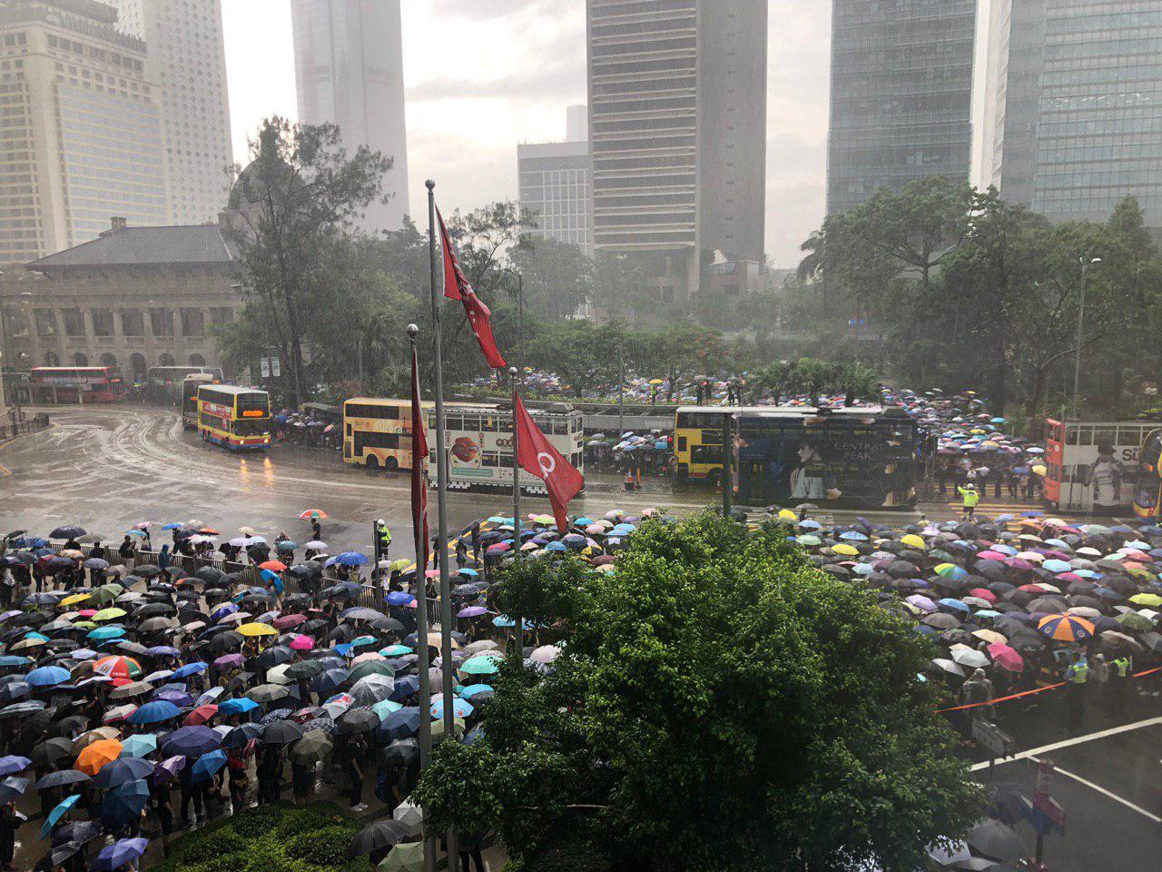 2019年8月17日,教育界「守護下一代 為良知發聲」的集會遊行,香港這麼大雨,也塞爆遮打花園。(梁珍/大紀元)