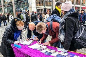 瑞典首都鬧市區 民眾支持法輪功學員反迫害