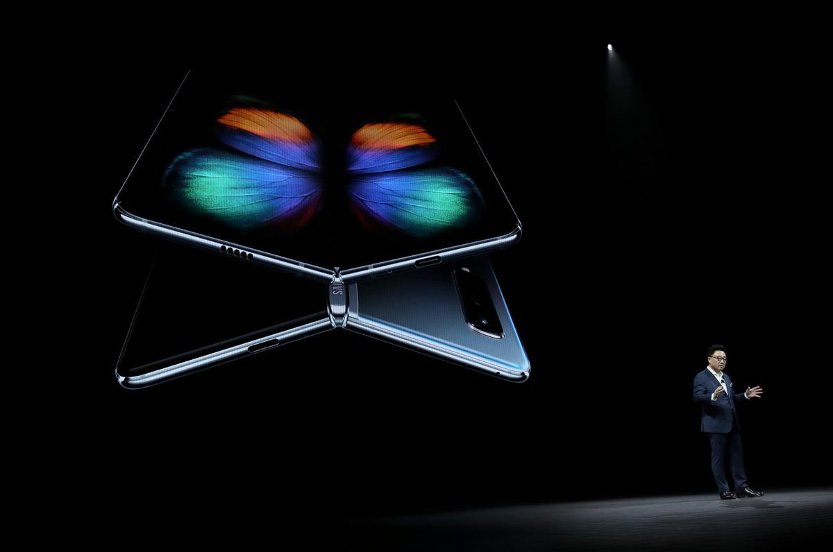 三星可摺疊屏幕手機在摺疊時具有4.6英吋顯示屏,在展開時具有7.3英吋顯示屏。(Justin Sullivan/Getty Images)