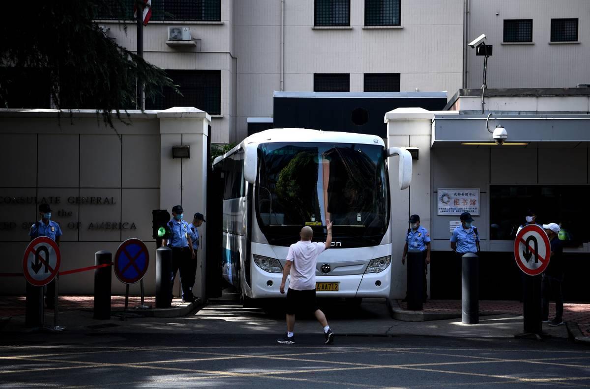 2020年7月26日,一輛巴士離開美國駐成都領事館大院。(Photo by Noel Celis/AFP)