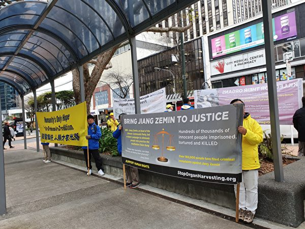 法輪功學員在紐西蘭威靈頓集會反迫害。(安吉拉/大紀元)