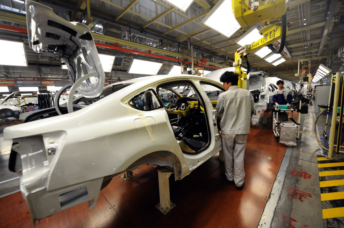 中共仍繼續通過工作小組機制推行「中國製造2025」的行動計劃,包括汽車產業,或為月底中共副總理劉鶴率團訪美、進行高階貿易談判添障礙。圖為中國汽車工廠。  (GOH CHAI HIN / AFP)