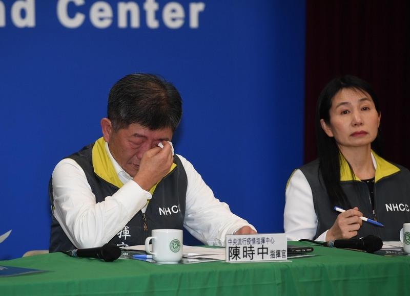 台灣中央流行疫情指揮中心2020年2月4日宣佈,3日晚間首批武漢包機台商回台,有3人送隔離病房,其中1人確診感染中共肺炎。指揮官陳時中(左)在宣佈相關訊息時落淚,並說確診讓人難過,要盡最大努力幫助他們。(中央社)