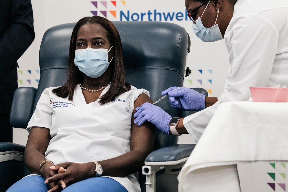 2020年12月14日,紐約市皇后區長島猶太醫療中心(Long Island Jewish Medical Center)深切治療部護士珊卓·林賽(Sandra Lindsay)成全美接種中共病毒(俗稱武漢病毒、新冠病毒、COVID-19)疫苗第一人。(紐約州長辦公室提供)