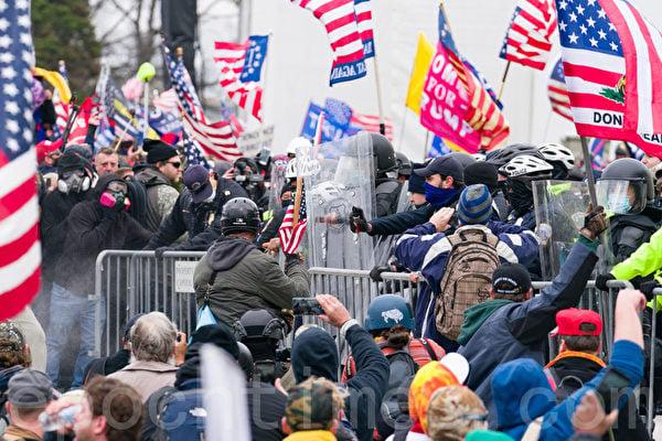 2021年1月6日,美國首都華盛頓舉行「拯救美國」大集會後,部份民眾闖入國會大廈,爆發警民衝突。(石青雲/大紀元)