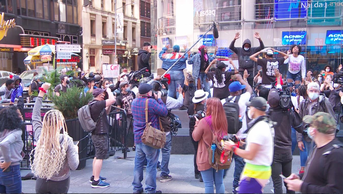 弗洛伊德之死抗議者6月1日繼續在紐約時代廣場抗議。(奧利弗/大紀元)
