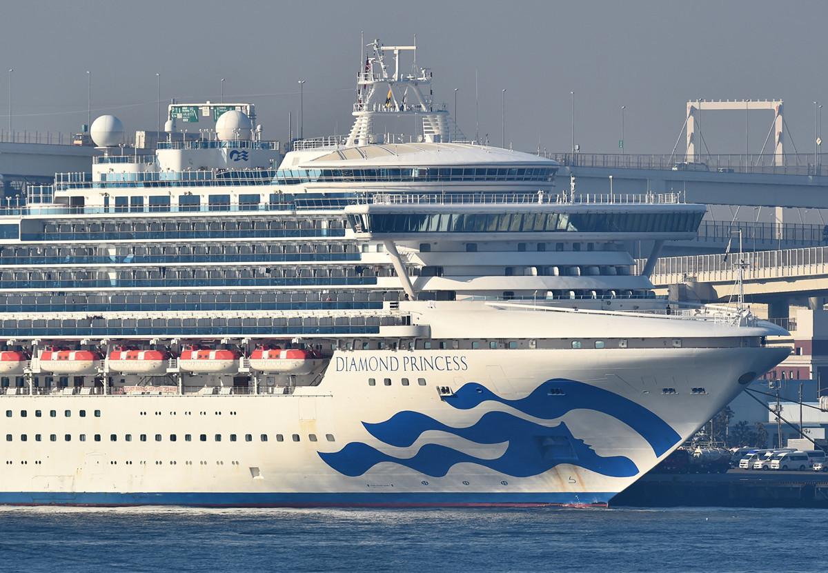 當地時間周日(2月16日),日本厚生勞動省宣佈,在橫濱停靠的鑽石公主號郵輪上,另有70人對中共病毒檢測呈陽性。這使得該船確診中共肺炎人數達到355例。(Photo by Kazuhiro NOGI / AFP)