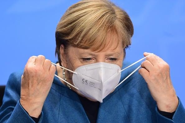 10月28日,默克爾主持了病毒峰會並做出二次封鎖的決定。專家分析她這天戴的口罩,認為是從中國來的冒牌貨,最大的疑點是CE後缺少了四位認證數。(Filip Singer - Pool/Getty Images)