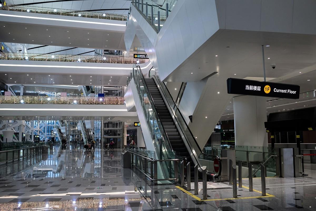 受中共肺炎(俗稱武漢肺炎、新冠肺炎)疫情影響,大陸多條熱門航線機票出現跌至「白菜價」。圖為2020年2月14日,北京大興國際機場航站大樓內一片空蕩蕩的。(NICOLAS ASFOURI / AFP)