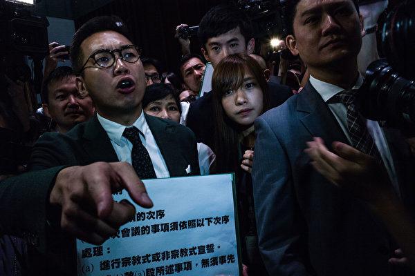 在10月12日混亂的宣誓儀式上,來自青年新政的兩名新當選議員游蕙禎和梁頌恆挑戰北京,拒絕宣誓效忠中共。(Lam Yik Fei/Getty Images)