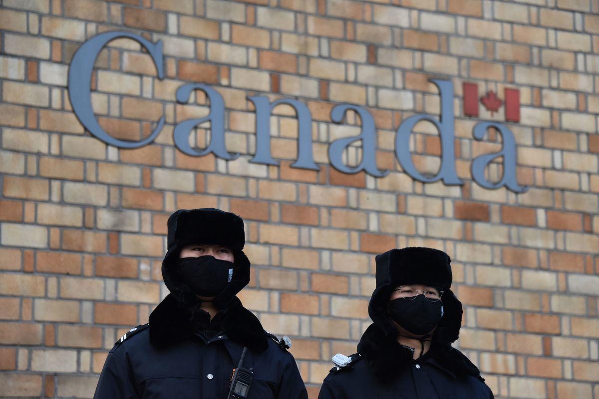 中共警察於2018年12月10日在加拿大駐北京大使館前巡邏。(GREG BAKER/AFP/Getty Images)