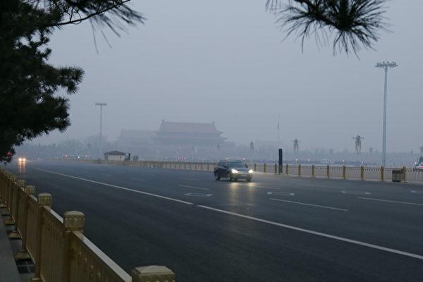 2015年3月,在霾籠罩下的北京天安門廣場(大紀元資料室)