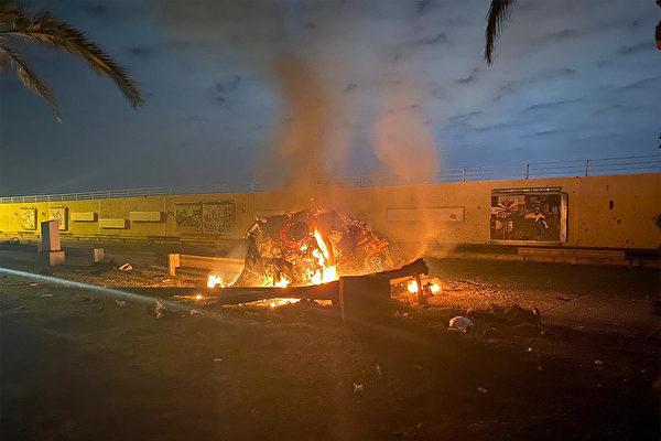 1月3日美軍空襲後,巴格達機場一輛被擊中著火的車子。(IRAQI MILITARY / AFP)