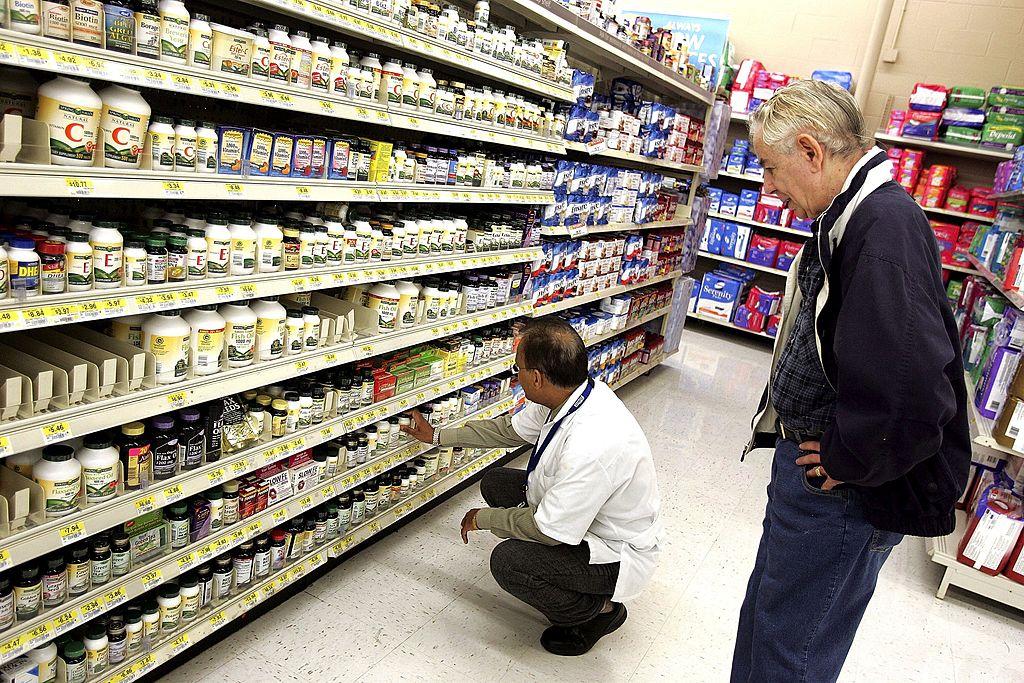 圖為美國民眾選購藥品。(Tim Boyle/Getty Images)